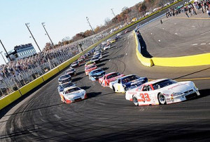 Jeff Choquette leads the field into the first turn at the drop of the green flag in the 2009 World Crown 300.